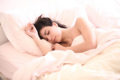 Jeune femme endormie dans son lit pour son bien-être