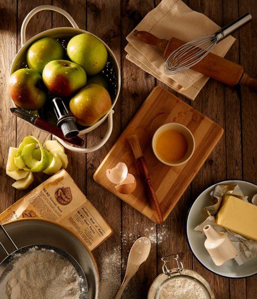 ingrédients pour préparation de dessert avec pommes