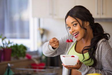 Femme qui mange des fraises