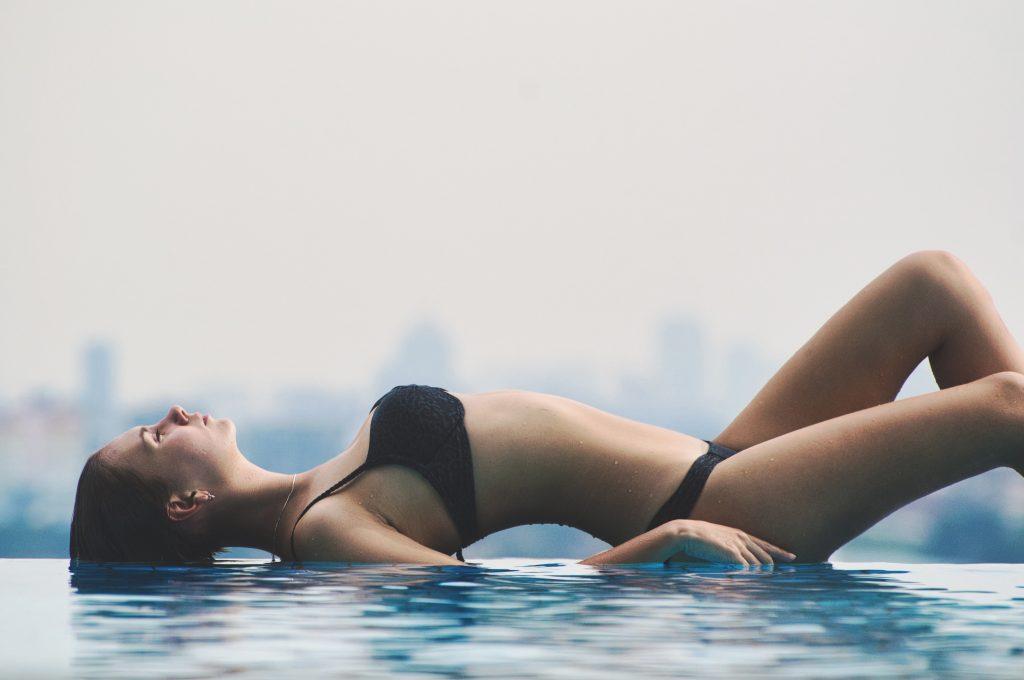 Femme en maillot de bain allongée
