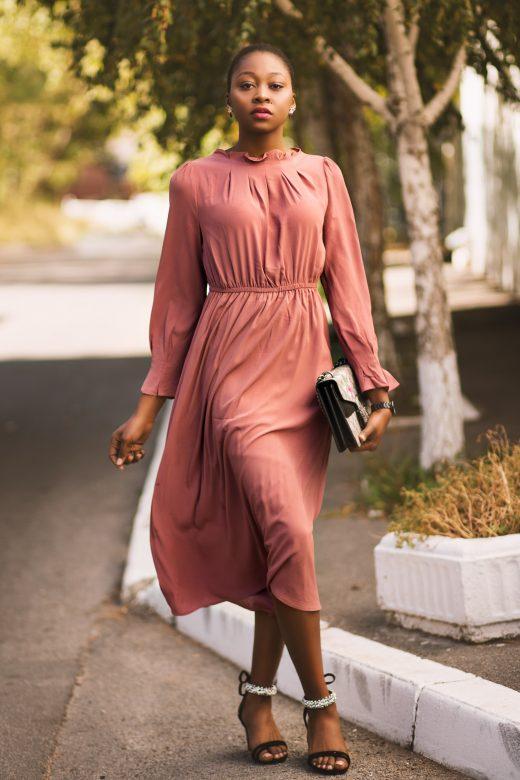 femme portant une robe longue fluide couleur vieux rose
