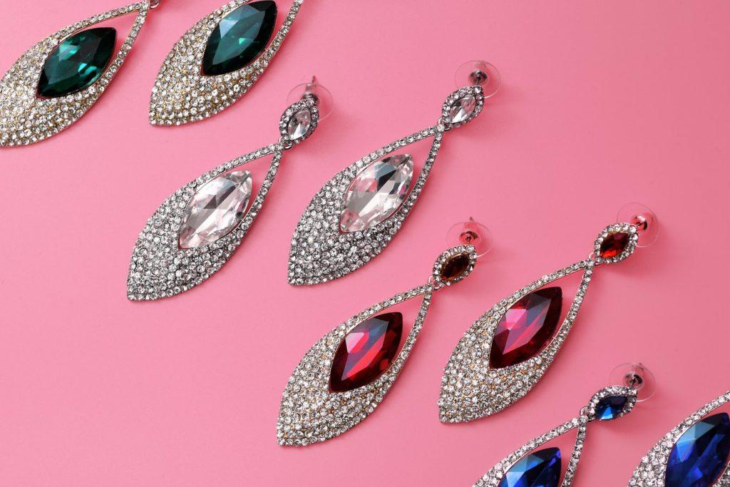 Boucles d'oreilles avec des pierres précieuses de toutes les couleurs