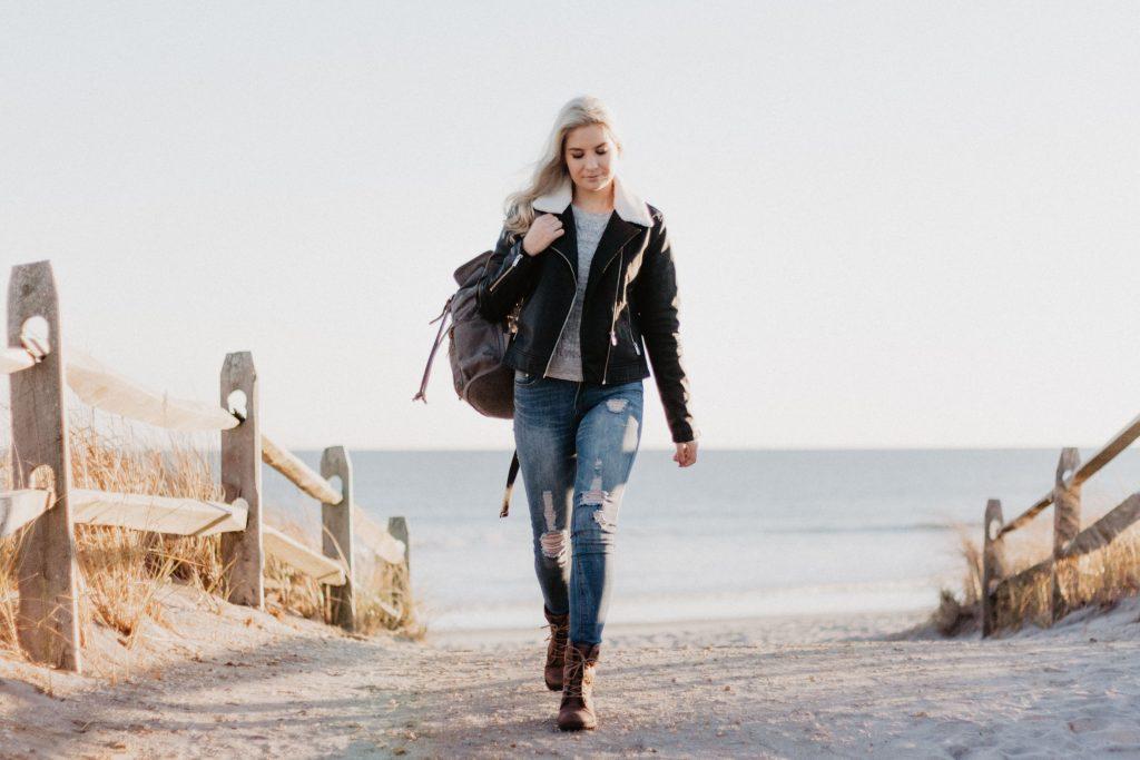 Jeune femme avec une tenue à la mode pour des températures douces