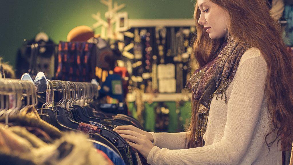Jeune femme qui fait du shopping pour se trouver de nouvelles tenues