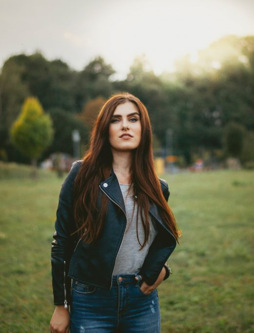 femme portant un jean un t shirt rayé et un perfecto foncé