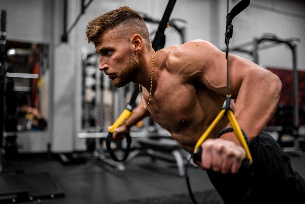 programme musculation homme faisant trx