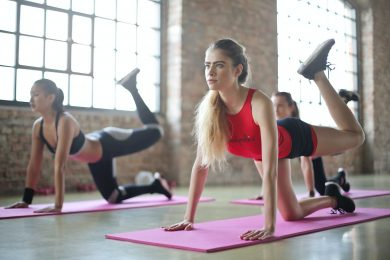 femmes faisant de l'aérobic